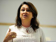 Kátia Abreu diz no Twitter que permanecerá no governo e no PMDB