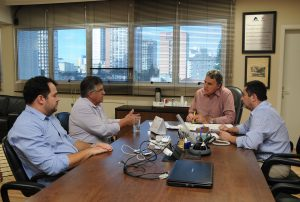 O presidente da Cohapar, Abelardo Lupion, o chefe de gabinete, João Naime Neto, receberam nesta terça-feira (05) o prefeito de Arapoti, Braz Rizzi, acompanhado do assessor do deputado estadual Plauto Miró, Bruno Cividini.
