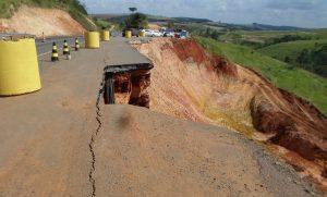 O Departamento de Estradas de Rodagem do Paraná (DER-PR) interditou nesta sexta-feira (15) uma das pistas da PR-092, entre os quilômetros 250 a 252, para obras de recuperação da rodovia. As equipes trabalham no município de Wenceslau Braz, ao lado do desvio construído depois do desmoronamento de aterro em janeiro deste ano. Foto: DER