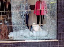 Onda de Crimes: Elementos quebram vitrine de loja e furtam produtos