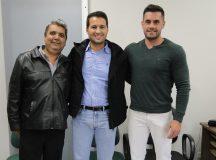 Carlinho Ratinho com o apoio do deputado estadual Paulo Litro e do presidente da Câmara, Lelo Ulrich. Foto: Assessoria Câmara Municipal