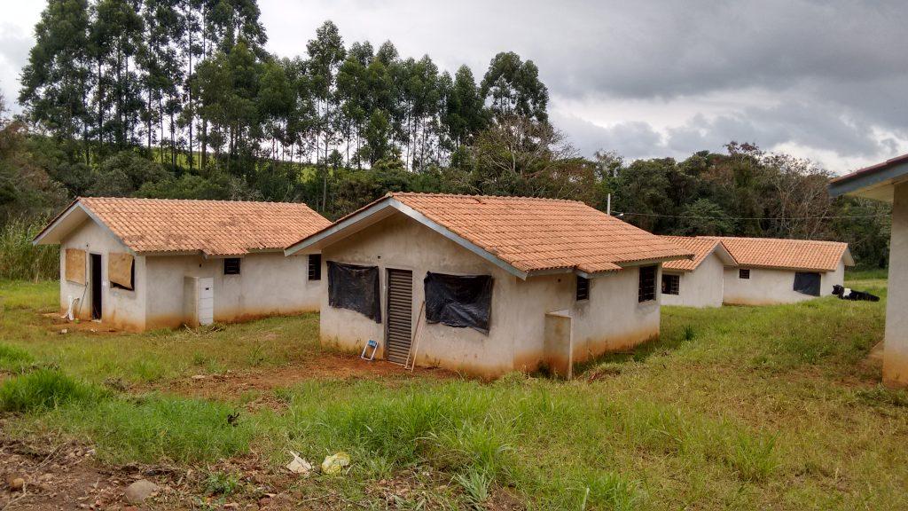 Casas estavam sendo depredadas por vândalos