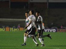 Em partida movimentada, com sete gols, Coritiba é derrotado pela Chapecoense