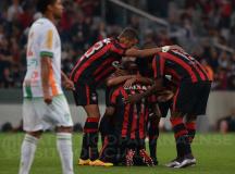 Atlético Paranaense vence o América Mineiro e cola no G4