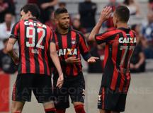 Atlético Paranaense faz 3 a 0 na Ponte Preta e encosta no G4 do Brasileirão