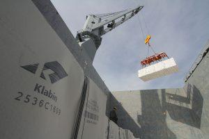 Foi realizado nesta sexta-feira (29), no Porto de Paranaguá, o primeiro embarque de celulose produzida na nova fábrica da Klabin em Ortigueira (PR). Até sábado, serão carregadas 26 mil toneladas de celulose no navio Tanchou Arrow. A carga tem como destino a China. Paranaguá, 29/04/2016. Fotos: André Kasczeszen