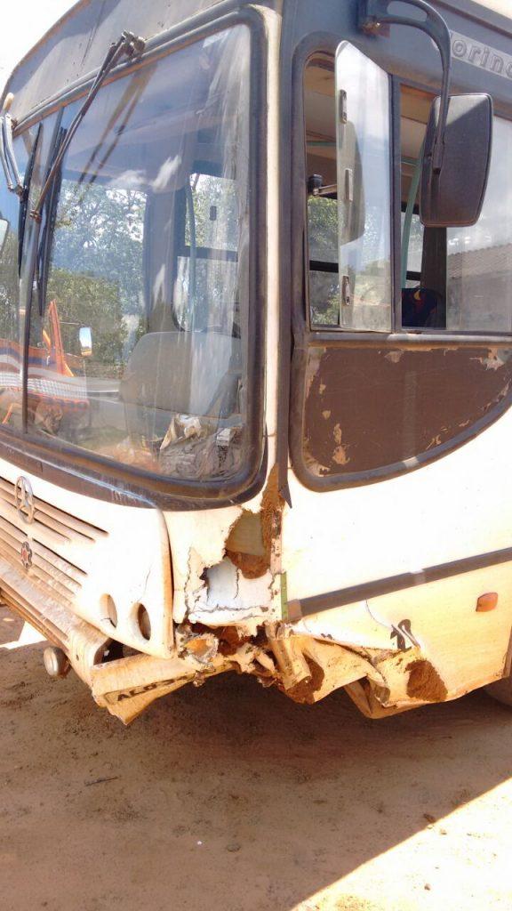 O ônibus bateu em um pequeno barranco no bairro rural Capão Bonito