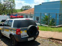 Jovem baleado foi levado ao Hospital Municipal 8 de Dezembro.