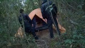 Suspeitos se escondiam em uma barraca na mata. Foto: Divulgação/Polícia Civil