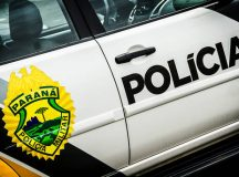 Adolescente ao volante fura bloqueio e quase atropela policial
