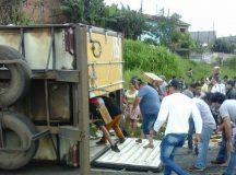 2 mil pessoas saquearam carga de carreta tombada na PR-092