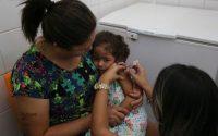 Campanha nacional de vacinação contra a gripe no Distrito Federal. Foto:  Maria José da Silva 45 anos e sua filha Ana Clara de 3 Anos