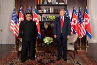 O Presidente Donald J. Trump e líder norte-Coreano Kim Jong un, participam na sua reunião bilateral, terça-feira, 12 de junho de 2018, no Hotel Capella em Singapura. (foto oficial da casa branca por shealah craighead)