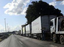 Caminhoneiros paralisam a BR-040 , em Valparaíso de GO durante manifestação contra o aumento de combustíveis.