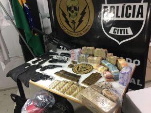 Dinheiro, armamentos e drogas apreendidas com a quadrilha. Foto: Divulgação