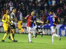 Com interferência direta da arbitragem, Paraná Clube perde mais uma