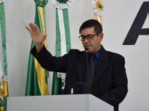 Silvio Lopes faz o juramento. Foto: Divulgação/ Câmara Municipal - Nicole Chiaradia