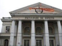 Faixa contra censura pendurada  na Faculdade de Direito da UFF, em Niterói,  onde antes havia faixa contra o facismo retirada por fiscais do TRE.