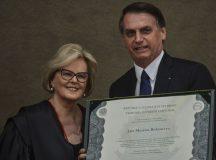 A presidente do Tribunal Superior Eleitoral (TSE), ministra Rosa Weber, e o presidente eleito, Jair Bolsonaro, durante cerimônia de diplomação de Bolsonaro, e do vice, general Hamilton Mourão, no TSE.