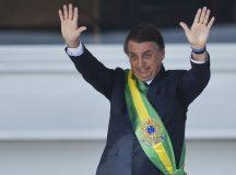 Presidente Jair Bolsonaro, saúda o público depois de receber a faixa presidencial de Michel Temer, no Palácio do Planalto.