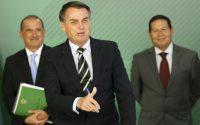 O ministro da Casa Civil, Onyx Lorenzoni, o presidente Jair Bolsonaro e o vice-presidente Hamilton Mourão, durante cerimônia de assinatura do decreto que flexibiliza a posse de armas no país.