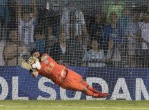 Cássio defende dois pênaltis em decisão e Corinthians avança na Sul-Americana