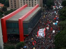 Professores, universitários e estudantes protestam contra cortes nos gastos federais com ensino superior, em São Paulo.