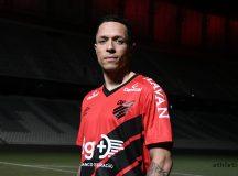 Athletico acerta com lateral Adriano ex-Seleção, Barcelona e Coritiba