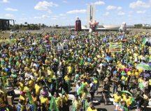 Manifestantes fazem ato pró-Bolsonaro, em defesa da Lava Jato, do ministro Sergio Moro, pela aprovação da reforma da Previdência e do pacote anticrime, em frente ao Congresso Nacional, Brasília.