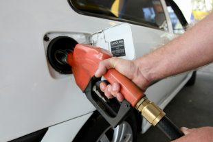 Abastecimento de combustível em veículos. Curitiba, 05/10/2011. Foto: Jonas Oliveira / AENotícias