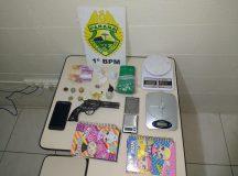 Drogas e material apreendido na residência da suspeita. Foto: Divulgação/PM