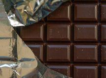 Menor tenta furtar chocolates, mas é contido por comerciante