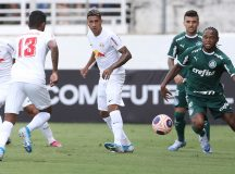 O jogador Luiz Adriano, da SE Palmeiras, disputa bola com o jogador Tubarão, do Red Bull Bragantino, durante partida válida pela quarta rodada, do Campeonato Paulista, Série A1, no Estádio Nabi Abi Chedid.